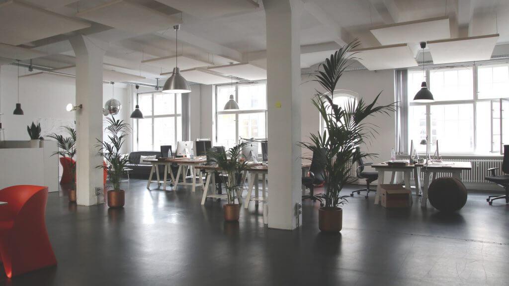 Campanas LED industriales en oficina